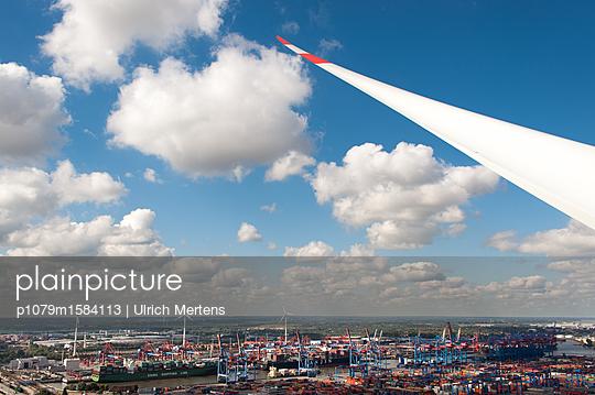 beflügelte Hafenlandschaft Hamburg - p1079m1584113 von Ulrich Mertens