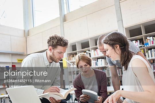 Lerngruppe in der Bibliothek - p1284m1452115 von Ritzmann