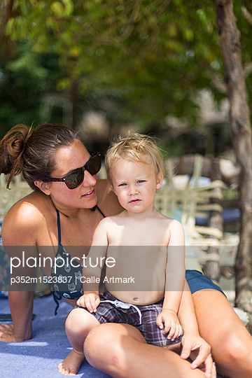 Mother and son wearing swimwear - p352m1523837 by Calle Artmark
