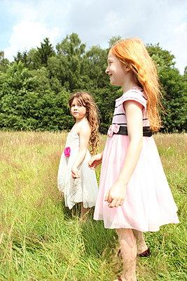 Little girls on a meadow - p045m944676 by Jasmin Sander
