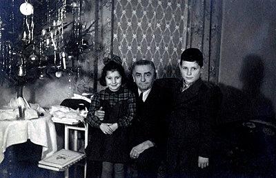 Grandfather and grandchildren on Christmas Eve - p1541m2172487 by Ruth Botzenhardt