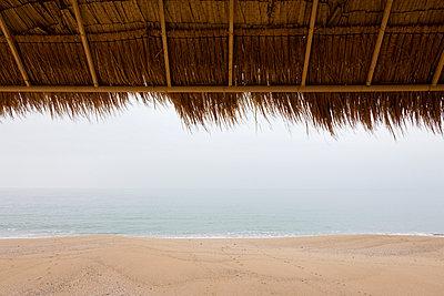 Strandhütte an Leerem Strand - p248m954160 von BY