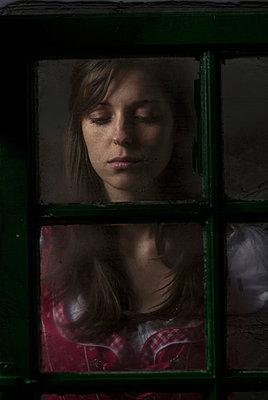 Frau am Fenster - p402m940384 von Ramesh Amruth