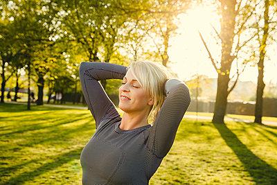 Sportliche Frau - p904m1031324 von Stefanie Päffgen