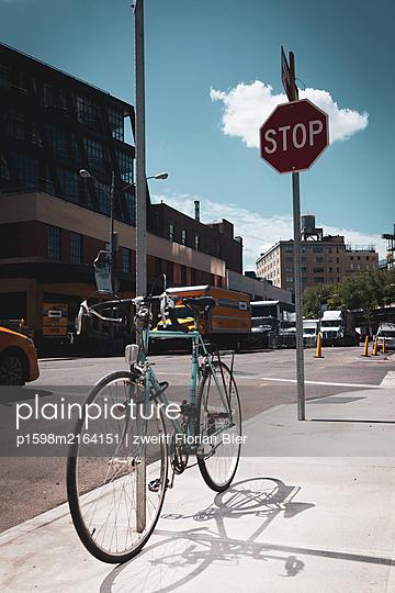 Bike on the pavement, Greenwich Village, New York City, USA - p1598m2164151 by zweiff Florian Bier