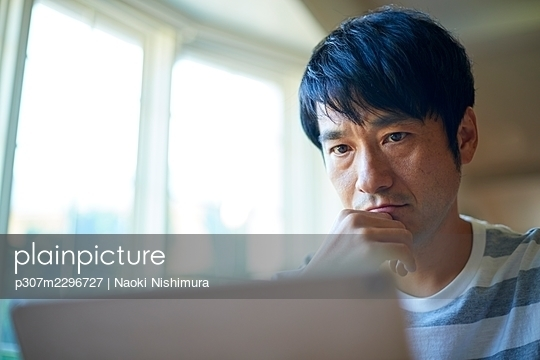 Working from home - p307m2296727 by Naoki Nishimura