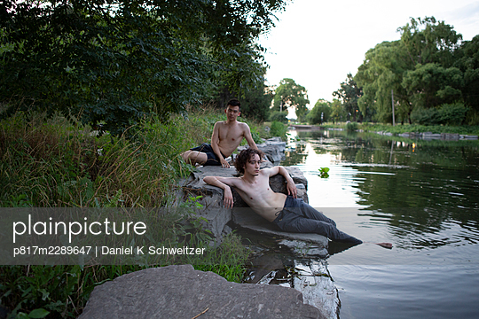 Gay couple relaxes on the lakefront - p817m2289647 by Daniel K Schweitzer