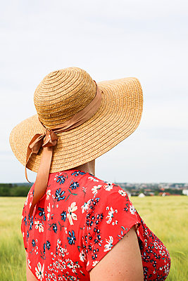 the lady with the straw hat - p1494m2093467 by Inkje Drescher