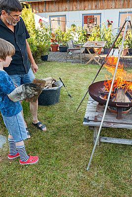 Zusammen Feuer machen - p454m2293075 von Lubitz + Dorner