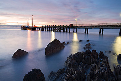 Australia, Queensland, Cairns. Palm Cove jetty at dawn. - p652m716704 by Andrew Watson