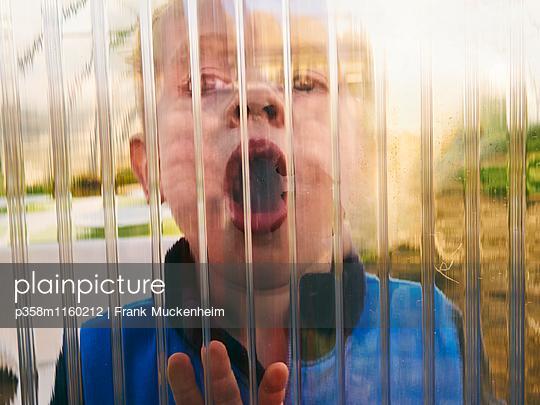 Kleiner Junge mit offenem Mund - p358m1160212 von Frank Muckenheim