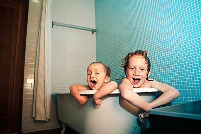 Portrait of kids in bathtub - p1166m985114f by Cavan Images