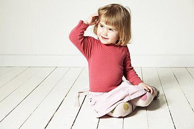 Kleines Mädchen mit Rock - p1198m1488042 von Guenther Schwering