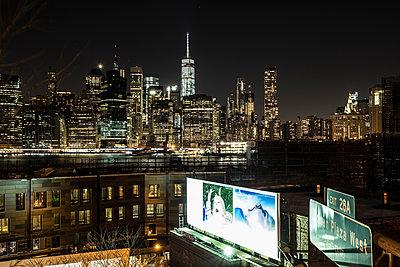 Blick auf New York bei Nacht - p1243m1154822 von Archer