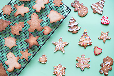 Unfinished and decorated gingerbread cookies - p300m2003943 von skabarcat