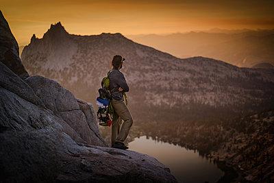 Climber enjoying view on peak, Tuolumne Meadows, Yosemite National Park, California, United States - p924m2074888 by Alex Eggermont