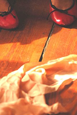Tuch und Damenschuhe auf Holzfussboden - p9792556 von Klueter