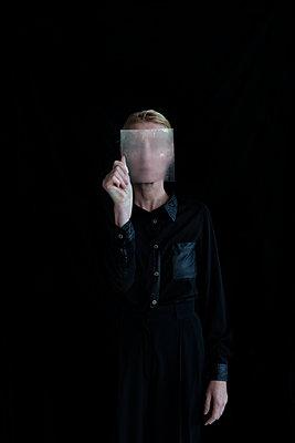 Frau mit Glasscheibe - p1212m1084185 von harry + lidy