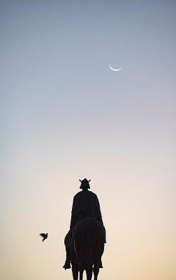 Spain, Seville, Plaza Nueva, Silhouette of equestrian statue of King Fernando III - p1427m1553628 by Dermot Conlan