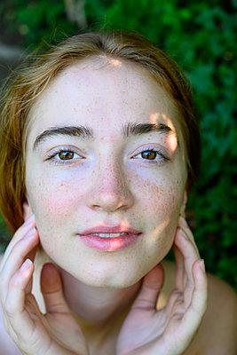 Rothaarige Frau mit braunen Augen, Porträt - p427m2210846 von Ralf Mohr