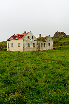Abandoned house in Iceland - p470m954771 by Ingrid Michel