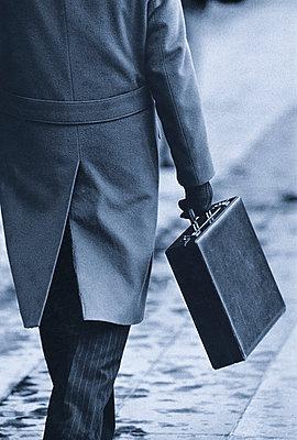 Geschäftsmann trägt Aktentasche - p1418m1571549 von Jan Håkan Dahlström