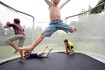 Jungen auf einem Trampolin - p4451288 von Marie Docher