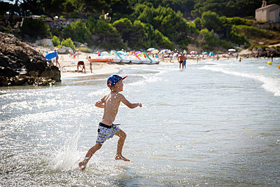 Boy on the beach - p756m2125145 by Bénédicte Lassalle