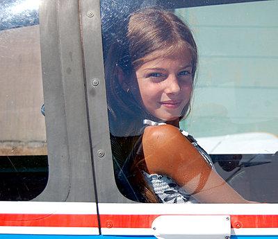 Mädchen sitzt im Flugzeug - p896m834663 von Richard Brocken