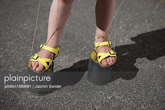 Auf Dosenstelzen Balance halten - p045m1589081 von Jasmin Sander
