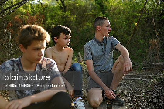 Drei Jugendliche am Waldrand - p1468m1584967 von Philippe Leroux