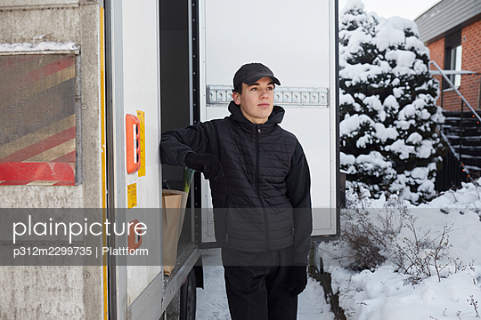 Courier standing near lorry - p312m2299735 by Plattform