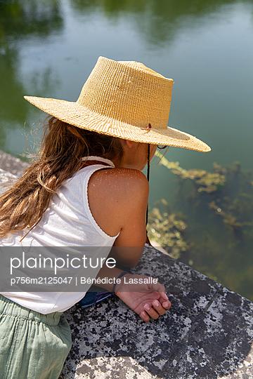 Girl wearing straw hat - p756m2125047 by Bénédicte Lassalle