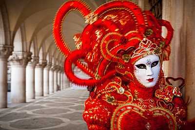 Mask under the arches of the Palazzo dei Dogi on Piazza San Marco during carnival - p1062m1039714 by Viviana Falcomer