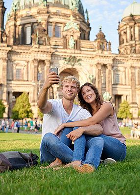 Selfie am Berliner Dom - p1124m1463327 von Willing-Holtz