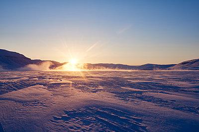 Sonnenuntergang in Svalbard Spitzbergen - p1203m1189800 von Bernd Schumacher
