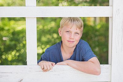 portrait of a young boy and fence - p1323m1575251 von Sarah Toure