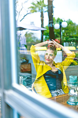 Woman behind windowpane in a cafe - p300m2103284 by Eloisa Ramos