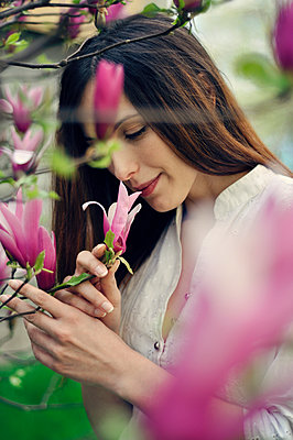 Young woman smelling flowers - p577m925762 by Mihaela Ninic