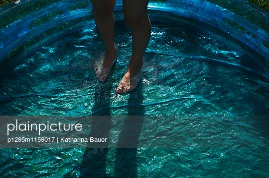 Füße im Planschbecken - p1295m1159017 von Katharina Bauer