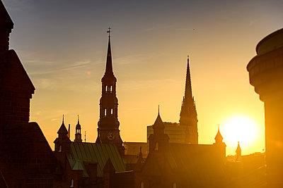 Blick auf Katharinenkirche, Nikolai-Kirche und Michel über den Dächer der Speicherstadt, Hamburg - p1493m1584467 von Alexander Mertsch