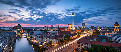 Germany, Berlin, elevated city view at morning twilight - p300m2030622 by spreephoto