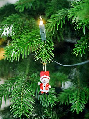 Weihnachtsmann am Weihnachtsbaum - p4470224 von Anja Lubitz