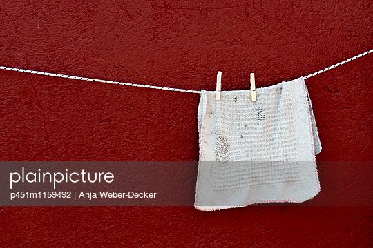 Wäsche auf der Leine - p451m1159492 von Anja Weber-Decker