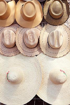 Mexikanische Hüte auf einem Markt - p045m813469 von Jasmin Sander