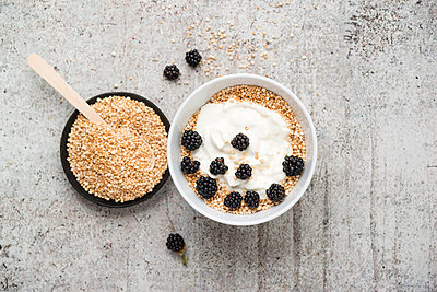 Wholemeal quinoa, popped quinoa with yogurt and blackberries - p300m1176201 by Mandy Reschke