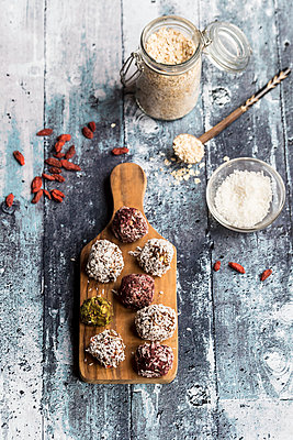 Various Bliss Balls on wooden board - p300m1450195 by Sandra Roesch