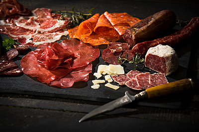 Assorted Italian cold cuts - p300m2070134 von Roman Märzinger