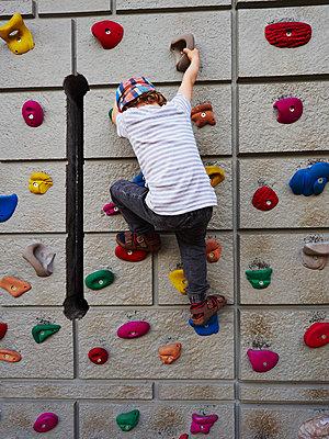 Junge an der Kletterwand - p358m1516340 von Frank Muckenheim