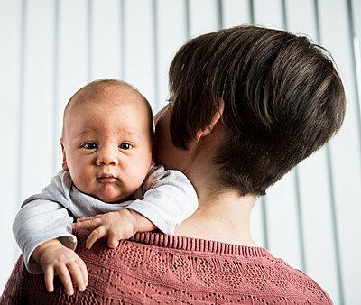 Mutter und neugeborenes Baby - p842m1588870 von Renée Del Missier